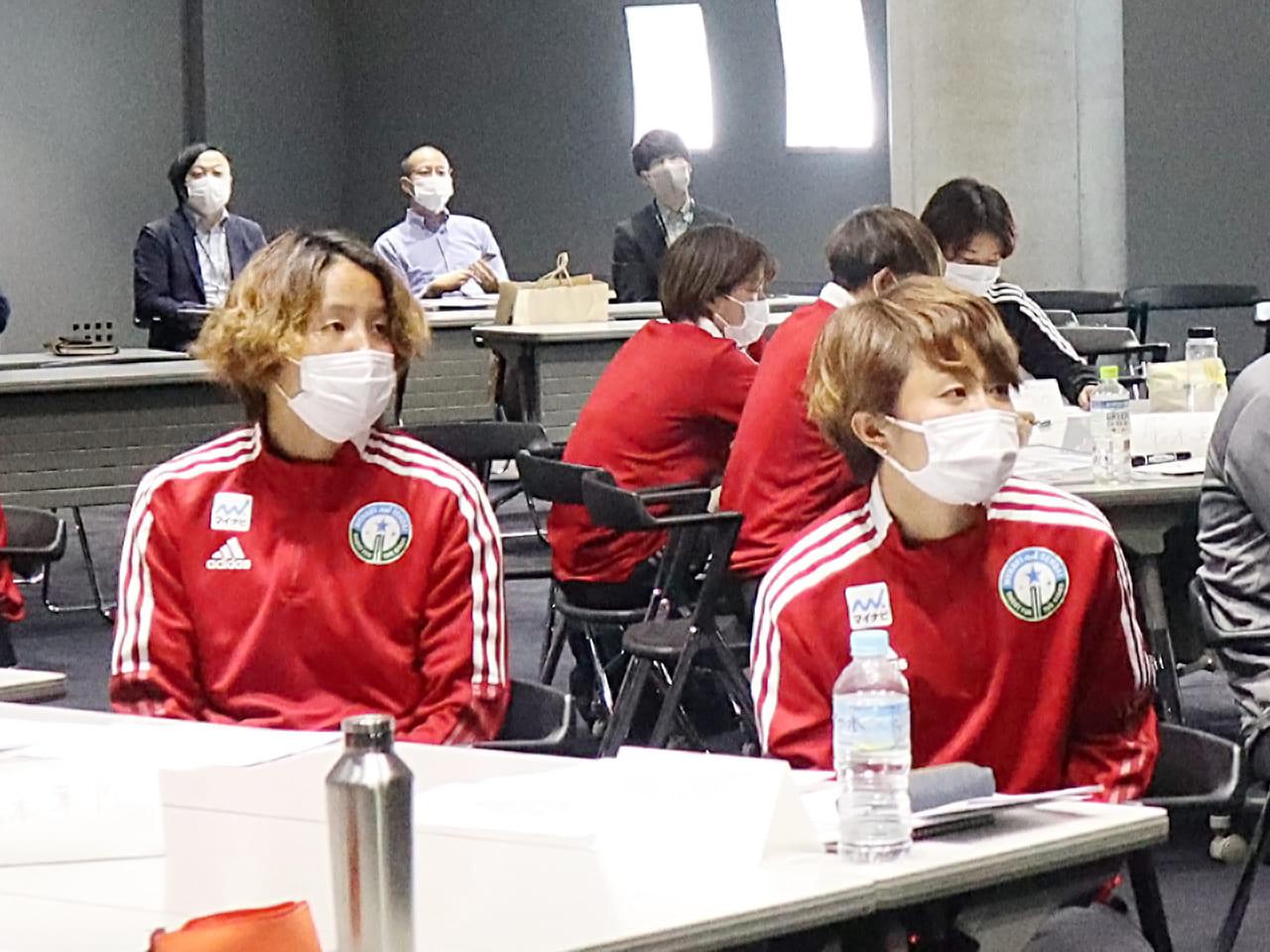 真剣に話に聞き入る佐藤楓選手(左)と宮澤ひなた選手(右)