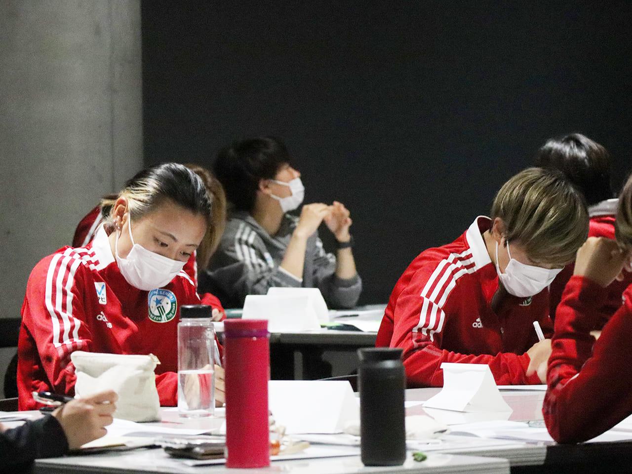 ワークシートに考えをまとめる奥川千沙選手(左)と西澤日菜乃選手(右)